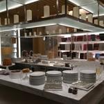 ピエール・エルメ・パリ - 2階オープンキッチンもビュッフェ台に