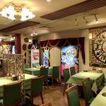 シャングリーラ - カラフルでインド感満載の店内