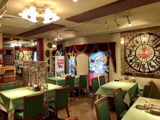 シャングリーラ 蒲田店 - カラフルでインド感満載の店内