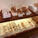 78062524 - 焼菓子や紅茶の並ぶ棚