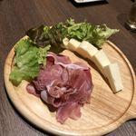 肉×チーズ×個室 米蔵 - 《冷菜》生ハムとチーズの盛り合わせ〜ハニーソース〜    ハニーソースはどこにあるのですか?笑 5人で分けます