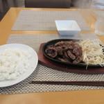 WAGYU AND RACLETTE NIGIRO - サラダをいただいてるとお待ちかねの和牛の切り落としステーキがジュージューと音を立ててご飯と一緒に運ばれて来ました。