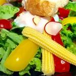 Drip-X-Cafe - サラダの野菜のアップ。温泉卵もトッピングされている。