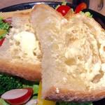 Drip-X-Cafe - サラダに乗っているパン。