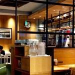 "Drip-X-Cafe - 店内風景。時計は4分ほど進んでいた。駅構内特有の""調整""だ。ただし、場合によっては""余計なお世話""になる。"