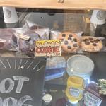 ストリーマー コーヒー カンパニー - 注文カウンター横にクッキーとドーナツが