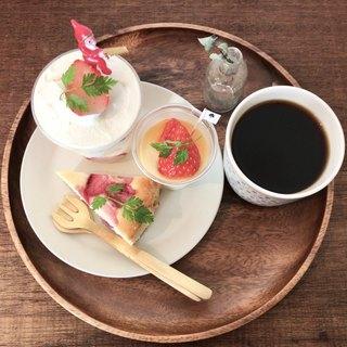 あんずともも - クリスマスプレート 1600円(税込) ・ショートケーキ ・ブランマンジェ ・いちごとホワイトチョコのチーズケーキ ・クリスマスブレンド