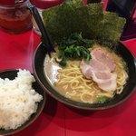 らっち家 - 料理写真:醤油ラーメン+のり+ライス(小)