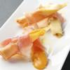 ■カマンベールとチェダーチーズのスティック春巻き 生ハムを添えて