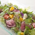 フルーツとグリーンハーブたっぷりのタイ風ローストビーフ・サラダ