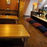 やきとりびん - 一階は、カウンター席が数席、小上がりに四人テーブル3卓、二人テーブル1卓。