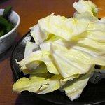 """やきとりびん - お通しの""""枝豆""""に、お皿山盛りの""""ザク切りのキャベツ""""。"""