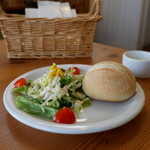 ブラン カフェ - サラダとプチパン