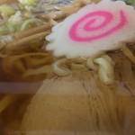 78102800 - 「醤油チャーシューメン」「麺大盛」接写。薄口醤油のスープは、鶏ガラを主体にして、昆布や鰹節の和風出汁とのバランスが実に好い。
