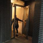 水天宮前のやきとり屋さん - 階段を上がってドアをくぐります