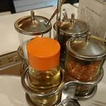 タイかぶれ食堂 - 卓上の調味料
