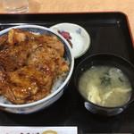 む~んらいと この豚丼 - 料理写真:恋問名物この豚丼。肉6枚