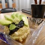アムザ 炭焼笑店 陽 - アボカドと島豆腐のサラダ
