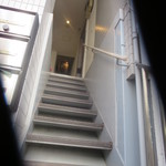 78130524 - 階段で店内へ