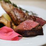 78131502 - 選べる肉の盛り合わせで、「A5ランク山形牛のビステッカ 100g」と、「仔羊のグリル1本」と、「野菜」
