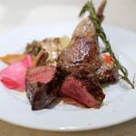 78131507 - 選べる肉の盛り合わせで、「A5ランク山形牛のビステッカ 100g」と、「仔羊のグリル1本」と、「野菜」