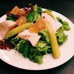 ビストロ&バー トド - 定温調理でしっとり仕上げた鶏ハムのサラダ