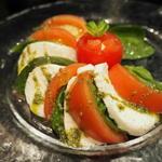 個室肉バル×チーズタッカルビ 肉タリアン - 完熟トマトとクリームチーズのカプレーゼ