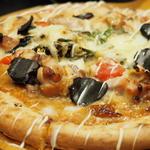 個室肉バル×チーズタッカルビ 肉タリアン - 鶏とトリュフのピザ