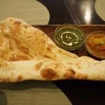 オリエンタルキッチン アンジュナ - ほうれん草と揚げなすのカレー、ネパールチキンと野菜のスープカレー