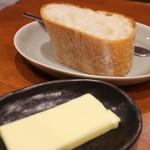 78137282 - バゲットとバター