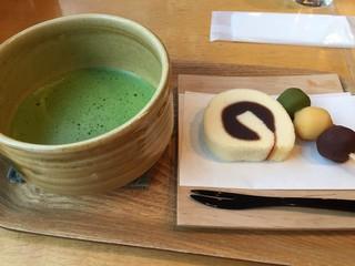 一六茶寮 - 一六銘菓セット 520円。道後温泉本館を眺めながら、松山のお菓子で気分も盛り上がります。