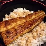 菊屋 - うな丼@1800円    お隣はいつも混んでいるので私の贔屓はこちら。鰻半身と赤出汁と香の物が付きます。鰻は関西風が好きな私ですがたまに&少量なら関東風もいいですね!タレまで辛口でグー✊