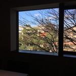 キメラ - 窓の外には、八坂神社の朱の鳥居が見えます。