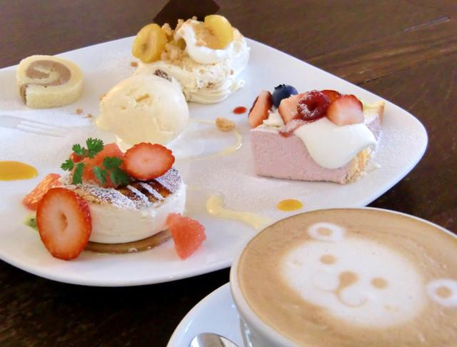 キャラメル・ママ - ケーキ3種盛り(シブースト、モンブラン、ピスタチオクリームのイチゴケーキ)、カフェラテ