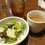 ハンバーグコルム - Aセットのスープとサラダ。