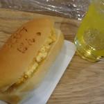 えびすぱん - 店内にて えびすコッペとレモンローズマリー ヴィネガー