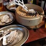 かき小屋フィーバー222 - 狭いテーブルで殻や調味料やらが散乱します(笑)