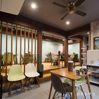麺屋とは思えぬ、アメリカ西海岸のカフェのようなオシャレな空間