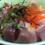 お食事処 大漁 - うに、いくら、マグロ、カンパチなどとても贅沢な丼です。