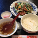オトメ - 「ニラレバ野菜炒め」と「小ライス」。 漬物&中華スープ付き! いずれも美味しいです。
