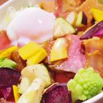YASATANE 〜野菜は健康の種〜 - 【北新地でランチ】 ローストビーフ丼 味噌漬け厚切りベーコン丼 ハーフ&ハーフ \1000