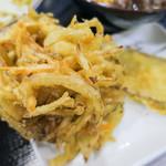 丸亀製麺 - 「野菜かき揚げ」(130円)と「さつまいも天」(100円)。