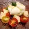 ブラッタチーズ、洋梨、チェリートマトのカプレーゼ
