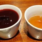 カプリチョーザ ピッツァ&ビュッフェ - 左:ぶどうと野菜のジュース 右:スープ