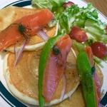 カフェ&パンケーキ gram - サーモンとアボカドのパンケーキ1050円