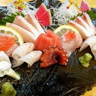 地元ではまず食べられない全国津々浦々の魚を刺身で