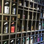 茶蔵 - カウンター後ろには、福岡県八女の老舗蔵元『喜多屋』のお酒がずらりと並んでいます。
