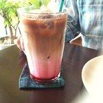 ノアール・カフェ - でっかいグラスで提供 ラズベリーラテ