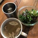 肉バルブッチャーズ 八百八 - 水とランチセットのサラダとスープ