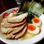 横浜家系ラーメン 吟家 - 料理写真:豚骨醤油。チャーシューと味玉をのっけたよ。